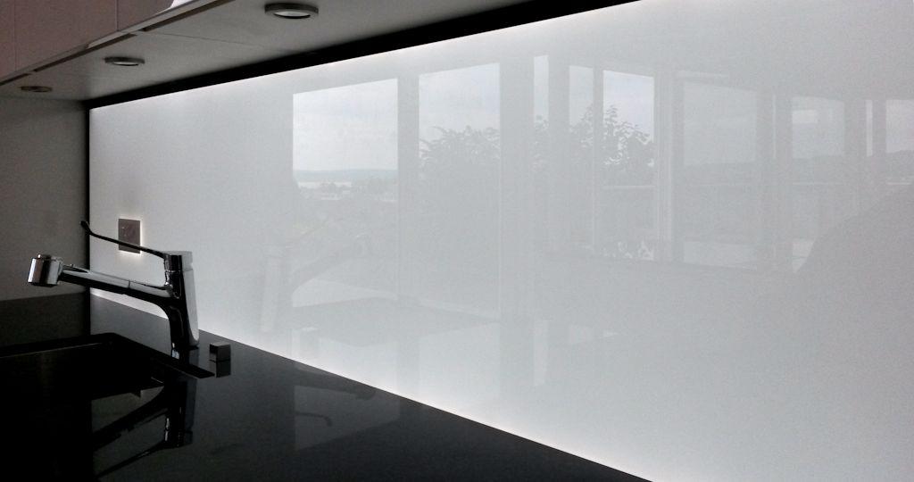 k chenr ckwand homogen hinterleuchtetes glas mit led. Black Bedroom Furniture Sets. Home Design Ideas