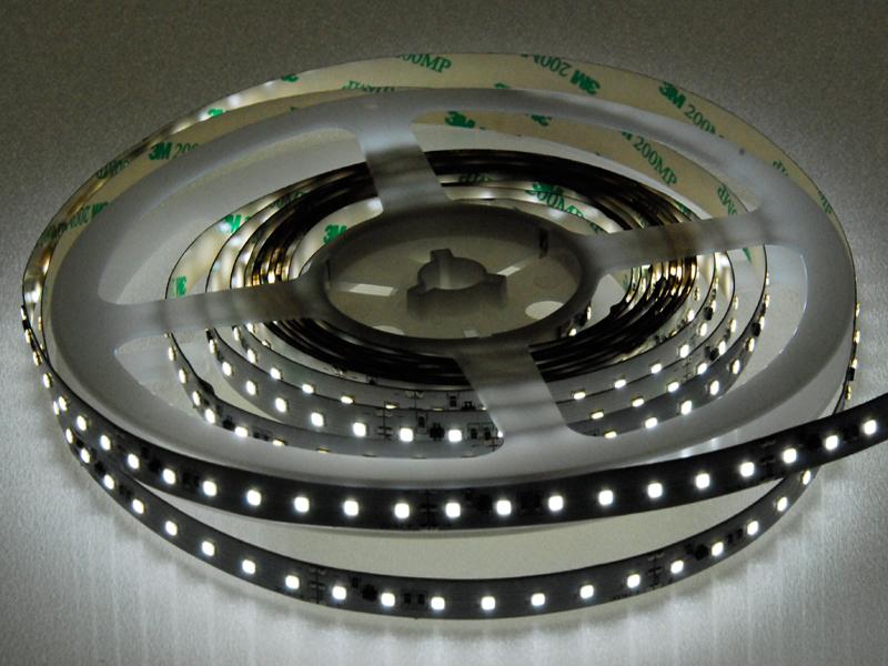 LED-Strip SIMFLEX 4900-V inklusive Stromregelung und separatem Dimmkanal. Lichttemperaturen 2700K, 3000K, 4000K oder 5700K. Konverter in unserem Shop.