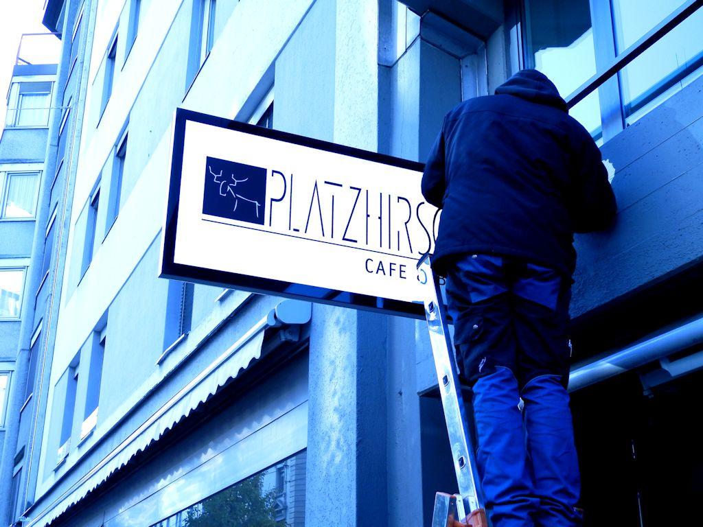 Platzhirsch LED Schild in Luzern, Bar am Hirschplatz, Leuchtreklame, Leuchtkasten