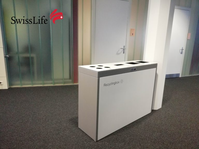 Recyclingstation bei Swisslife, Multilith ™, Wertstoffbehälter, Abfalltrenner, PET, Kehricht, Alu, 110 Liter, Comodo, landscape furniture, public waste bins, Poubelle Recyclage, PET Recycling