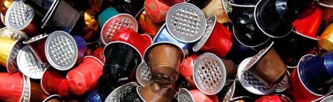 Kaffeekapseln Abfall oder Recycling. Alu wird aufbereitet, Kaffe für den Kompost