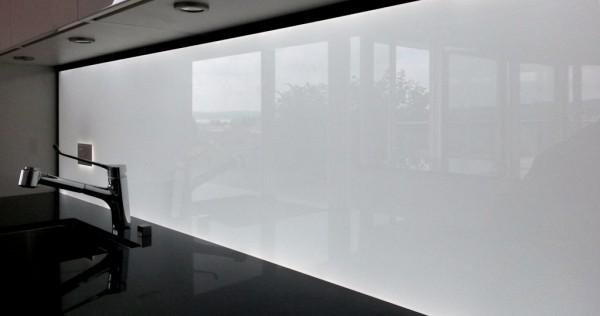 Beleuchtete Küchenrückwand Weiss aus ESG Glas mit LED Beleuchtung, LED Glasrückwand, Leucht Rückwand, kitchen splashback led
