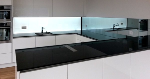 Beleuchtete Küchenrückwand Weiss, homogen hinterleuchtete Glasfläche, LED Glasrückwand, Leucht Rückwand, kitchen splashback led