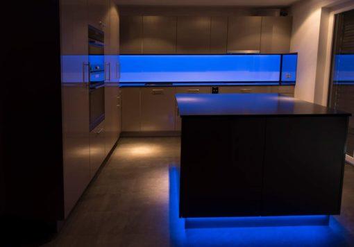 LED Küchenrückwand, RGB Leuchtwand, Flachleuchte, ESG Glas, Küchenwand, Beleuchtet, Hinterleuchtet, Arbeitsleuchte, Küchenbeleuchtung