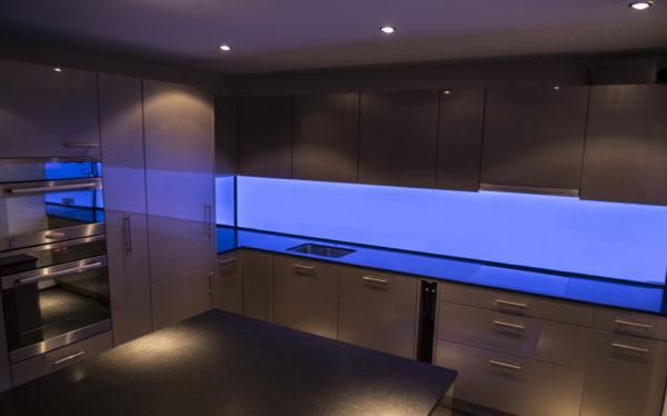 LED Küchenrückwand RGB-Blau, LED Küchenrückwand, RGB Leuchtwand, Flachleuchte, ESG Glas, Küchenwand, Beleuchtet, Hinterleuchtet, Arbeitsleuchte, Küchenbeleuchtung