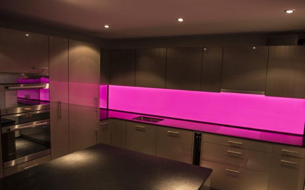 LED Küchenrückwand RGB-Pink, LED Küchenrückwand, RGB Leuchtwand, Flachleuchte, ESG Glas, Küchenwand, Beleuchtet, Hinterleuchtet, Arbeitsleuchte, Küchenbeleuchtung