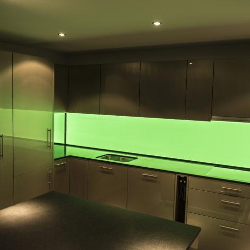 Bildergebnis für LED Küchenrückwand RGB-Grün, LED Küchenrückwand, RGB Leuchtwand, Flachleuchte, ESG Glas, Küchenwand, Beleuchtet, Hinterleuchtet, Arbeitsleuchte, Küchenbeleuchtung