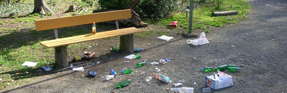 Littering im Park, Abfalldeponie im öffentlichen Raum