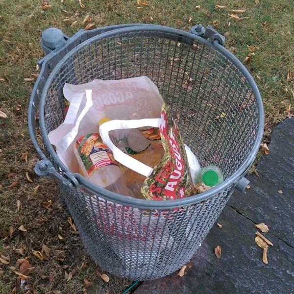 PET-Flaschen im Abfallkorb