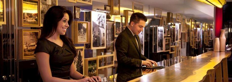 Sigis Bar in Grächen (Wallis) LED hinterleuchtete Bilderrahmen