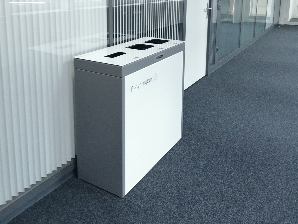Multilith 3 Recyclingstation Swisslife, Recyclingbox, Entsorgungsstation, Abfalltrenner, Abfallbox, Recycling Büro, 110 liter, Swissmade, Recyclingbox, landscape furniture, public waste bins, Poubelle Recyclage, PET Recycling