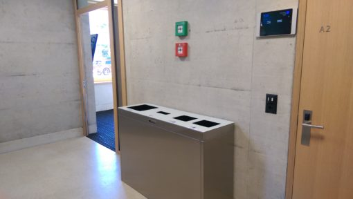 Recyclingstation innen, Abfalleimer, Edelstahl, Chromstahl, Wertstoffbehälter, Thun, Wirtschaftsschule, Schulhaus, Trasch, Recycle, Garbage, Recycling Bin