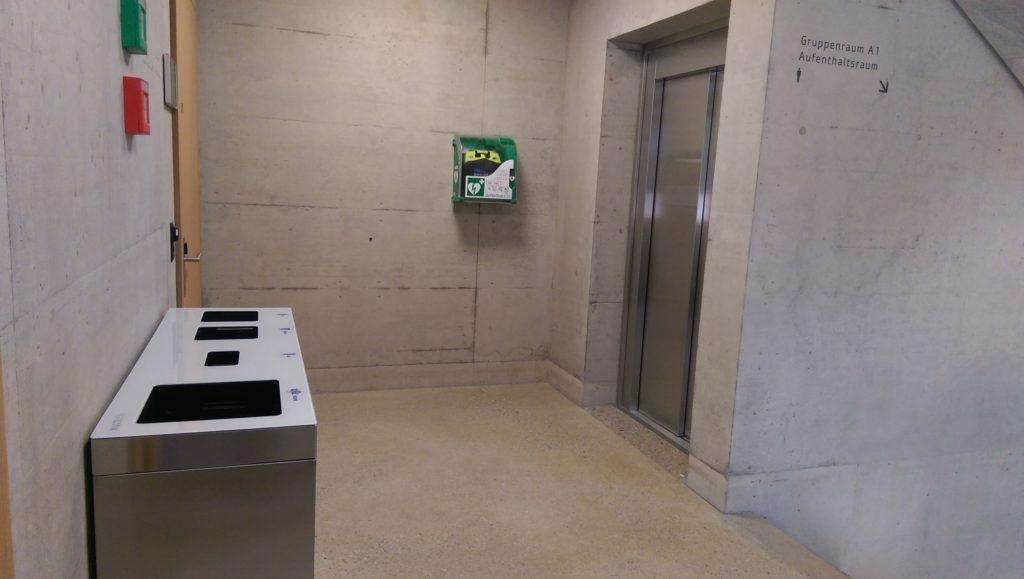 Recyclingstation innen, Edelstahl, Chromstahl, Recycling Behälter, Wertstoffbehälter, Thun, Wirtschaftsschule, Schulhaus