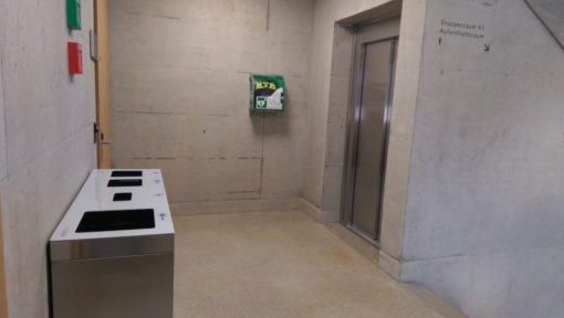 Recyclingstation innen, Edelstahl, Chromstahl, Wertstoffbehälter, Thun, Wirtschaftsschule, Schulhaus