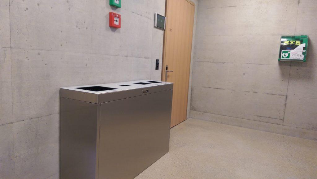 Recyclingstation innen, Edelstahl, Chromstahl, Wertstoffbehälter, Thun, Wirtschaftsschule, Schulhaus, Multilith 3.2 Inox