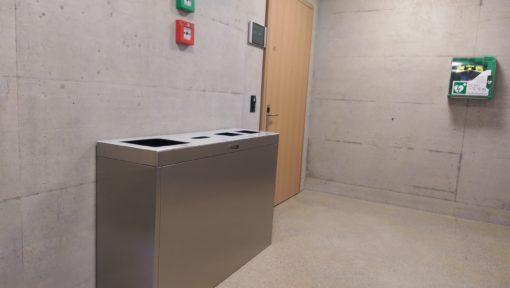 Recyclingstation innen, Edelstahl, Chromstahl, Wertstoffbehälter, Thun, Wirtschaftsschule, Schulhaus, Trasch, Recycle, Garbage, Recycling Bin